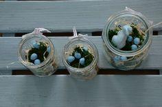 Iza: Nie jest tajemnicą, że pastelowy błękitny jest moim ulubionym kolorem, dlatego nie mogło zabraknąć go w dekoracjach wielkanocnych. Poniżej galeria wielkanocna, kilka kadrów z domu z duszą z tego roku. Koronkowe jajeczka, umieszczone w białej filiżance, dobrze prezentowały się na tle błękitnej ściany. Jak zrobić koronkowe jajka zobacz tu. Jak zrobić stroik wielkanocny w …