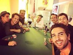 Nicht nur, dass der charismatische Schauspieler Elyas M'Barek besonders sympathisch rüberkommt, auch scheint er ein ganz normaler junger Mann zu sein, wie eine seiner neusten Statusmeldungen auf Facebook beweist. Hier gibt er an sich im Büro mit seinen Freunden zum Pokerabend zu treffen. Ein schöner Männerabend mit Freunden und ein wenig Glücksspiel, was kann es besseres geben? Fack ju Göhte Star - Elyas M'Barek postest Foto vom Pokerabend auf seiner Facebook Seite
