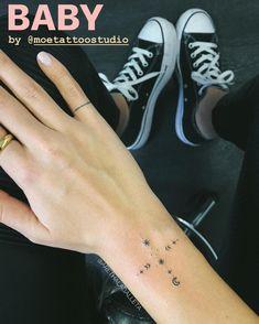 zoe kravitz tattoo ink * zoe kravitz tattoo ` zoe kravitz tattoo arm ` zoe kravitz tattoo hand ` zoe kravitz tattoo lisa bonet ` zoe kravitz tattoo back ` zoe kravitz tattoo ink ` zoe kravitz tattoo meaning ` zoe kravitz tattoo style Mini Tattoos, Body Art Tattoos, Small Tattoos, Sleeve Tattoos, Paar Tattoos, Tatuajes Tattoos, Neue Tattoos, Zoe Kravitz Tattoos, Tatoo Henna