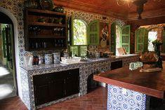 cocina mesadas de obra cubiertas con mosaicos