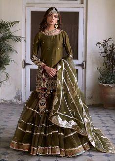 Nikaah Outfit Idea - Source by anglieheer - Shadi Dresses, Pakistani Formal Dresses, Pakistani Fashion Party Wear, Pakistani Wedding Outfits, Indian Fashion Dresses, Pakistani Dress Design, Indian Designer Outfits, Bridal Outfits, Pakistani Gharara