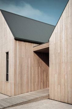 Alice by Templeton Architecture. Photo by Nicole England House Cladding, Timber Cladding, Exterior Cladding, Facade House, Architecture Durable, Timber Architecture, Architecture Details, Australian Architecture, Modern Barn House