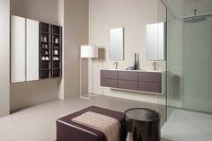 Sistema modular caracterizado por marco de 1,3 cm, y su apertura de 45º.Ofrecemos la opción de enmarcar el mueble añadiendo el costado inferior.Cajón de madera de extracción total.