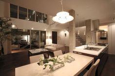 茶色の壁で引き締めたシンプルモダンの家 室内夕景 重量木骨の家 選ばれた工務店と建てる木造注文住宅