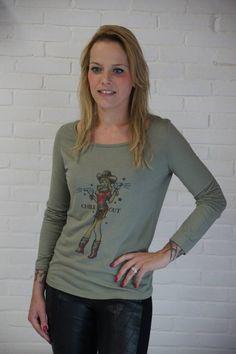 Lazy Lola Light khaki #longsleeve met super gave #Chill Out print en #sterren. Shirt met lange mouwen in old school #tatoeage stijl. En ook nog eens van 50% #tencel en 50% #biologisch katoen
