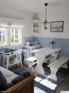 mökki,ruokapöytä ruokailuryhmä,sinivalkoinen,matto,maalaisromanttinen sisustus,sininen,valkoinen