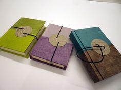 Linea Bottone - Agende giornaliere cm 13h x 9 con chiusura ad elastico. copertina an carta cotton wax bicolore.