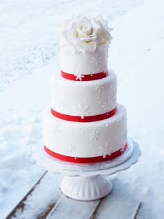 Winter themed wedding cake by Mina Magiska Bakverk