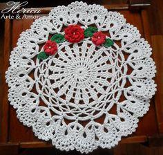 Centro de Mesa em Crochê - Três Flores Viciadas em Crochê. Diâmetro 53cm. Trabalho produzido com Barbante Soberano Eco Brasil fio 6 e Linha Anne Círculo.