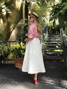 色を取り入れた上品なコーディネートなら、ブログ「Atlantic Pacific」のブレア・イーディにASK! 彼女のお気に入りは、ワンショルダーやブラトップ付きのデザインなど、デザイン性の高いシャツに定評のある、NY...