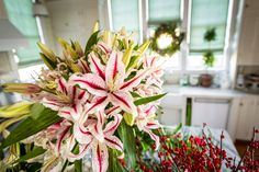 #Christmasdecorations  #pallensmith For flower decorating tips from TV host P. Allen Smith, click here: https://www.stargazerbarn.com/blog/holiday-flower-decorating-tips-p-allen-smith
