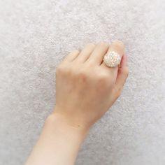 ビーズ刺繍のリングです。全体をうすいピンクでまとめて作りました。シンプルながら、存在感のあるリングになっております。●カラー:クリア系(うすピンク)●サイズ:1.5cm×1.5cm フリーサイズ●素材:ビーズ、リングパーツ(ステンレス)●注意事項:ビーズ部分を強く引っ張ったりしないようにお使いください。●作家名:itlie#指輪 #リング #フリーサイズ #調節可能 #ふわもこ女子 #シンプル #刺繍糸 #ビーズ #アクセサリー #キュート #大人かわいい #可愛い #優しい色合い #モコモコ #ファッション #ワンポイント#もこもこリング #ハンドメイド #ハンドメイドアクセサリー #手作り #handmade #handmadeaccessory #accessory…