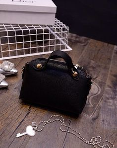 Batam VS21132#black Price : Rp. 150.000 Berat : 500g Tinggi : 16cm  Lebar : 21cm  Tebal : 7cm  Cara Buka : Resleting  Tali Panjang : Ada  Bahan : PU