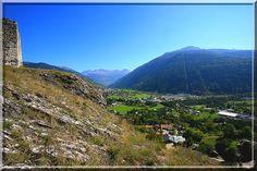 La découverte d'un château fort, ce n'est pas que voir une ruine. C'est d'abord une marche d'approche, c'est la recherche de sa position, c'est se délecter de l'architecture et des indices.... Puis, quand toute la curiosité est assouvie, c'est la dégustation du panorama..... En Savoie, à Bourg Saint Maurice, j'avoue être proche du paradis des castellologues !