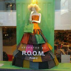 Marisa: Esta ventana, además del montahe del escaparate, permite al cliente ver el interior de la tienda.