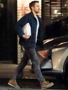 He is a Hollywood heartthrob. And Ryan Gosling looked hunky as ever even while casually stepping out for takeaway in Los Angeles this Wednesday. Stylish Mens Outfits, Casual Outfits, Men Casual, Ryan Gosling Style, Ryan Gosling Fashion, Grown Man, Old Hollywood, Boy Outfits, What To Wear