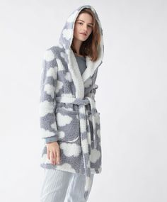 NOCHE - Batas - Ver Todo - Tendencias AW 2016 en moda de mujer en Oysho online: ropa interior, lencería, ropa deportiva, pijamas, moda baño, bikinis, bodies, camisones, complementos, zapatos y accesorios. Stylish Outfits, Cool Outfits, Winter Gowns, Pijamas Women, Cute Pjs, Applis Photo, Fluffy Sweater, Kawaii Clothes, Sleepwear Women
