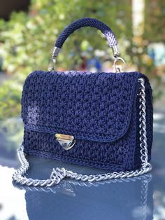 Bobble Stitch Handbag Crochet Pattern with Video Tutorial red purse Why spend money on simple bags, when you can make this crochetformoney Crochet Wallet, Crochet Tote, Crochet Handbags, Crochet Purses, Crochet Crafts, Beach Bag Essentials, Mochila Crochet, Denim Handbags, Bobble Stitch
