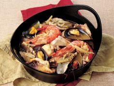 Rezeneli Bouillabaisse (Balık Çorbası)  Levrek ve tekiri temizleyip fileto çıkartın. Balıkların baş ve kuyruk kısmını ayrı bir kapta saklayın. Filetoları parçalara bölüp una bulayın ve tavada zeytinyağıyla her iki tarafını 1 dakika soteleyin. Kereviz, havuç, soğan ve rezenenin yeşil kısmını çok ince doğrayıp rezenenin beyaz tarafını ince dilimleyin. Tencereye aktarıp 2 çorba…