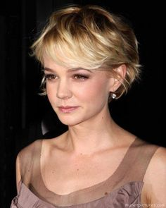 CAREY MULLIGAN'S GROWN-OUT PIXIE