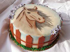 Minden, ami torta, sütemény, csokoládé, karamell, vagy főleg marcipán.