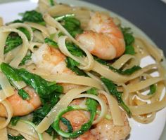 Quick and easy, this recipe is fresh and digestible, ideal for a cold supper perhaps, by the sea. Noodles with arugola and shrimps Italian Traditions, Happy Foods, Noodles, Shrimp, Seafood, Spaghetti, Paleo, Dishes, Fresh