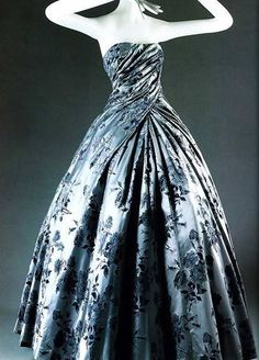 Christian Dior Compiègne ball gown, As usual the handling of fabric is dazzling, but so is the exaltation of geometry over anatomy while the legs lengthen and the bosom wanes. Vintage Dior, Moda Vintage, Vintage Gowns, Vintage Couture, Vintage Mode, Vintage Outfits, Vintage Clothing, 1950s Style, New Look Dior