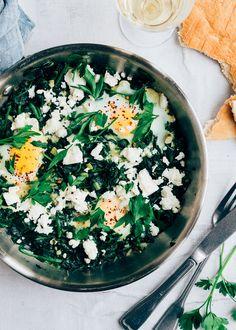 Lekker recept voor groene shakshuka met spinazie en feta. Een lekker vega groenterecept. Het ontbijtrecept uit het Midden Oosten.