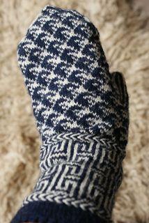 Yumiko ist ein Handschuh im lettischen Stil gepaart mit klassisch japanischen Sashiko Mustern und einem Pikot Bündchen. Die Handschuhe lassen sich gut in der Runde mit einer langen Rundstricknadel in der Magic Loop Technik stricken, sind jedoch auch für das Stricken mit zwei Rundstricknadeln oder einem Nadelspiel geeignet. Das Muster ist auf Handrücken und Handfläche nicht symmetrisch. Deshalb ist etwas Aufmerksamkeit beim Stricken erforderlich.