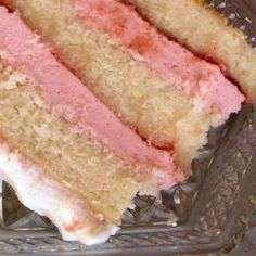 Strawberry Mousse Cream Cake - this strawberry mousse filling is delicious. Just be sure to dissolve the gelatin in cold water before adding to the hot strawberry mix or else it will be lumpy. used this filling for D's Birthday cake Cake Filling Recipes, Cake Flavors, Frosting Recipes, Dessert Recipes, Cupcake Recipes, Strawberry Mousse Cake, Strawberry Filling For Cake, Strawberry Mouse, Filled Cupcakes
