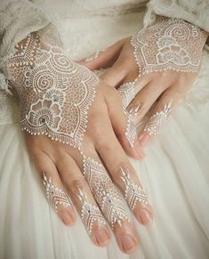 Latest White Henna Designs Tattoo Trends Collection include how to apply white henna, fancy patterns, easy simple henna styles, for dark skin etc White Henna Tattoo, Red Henna, Mehndi Tattoo, Henna Mehndi, Henna Art, Henna Tattoos, Paisley Tattoos, Henna Mandala, Mandala Tattoo