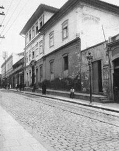 Rua de São João no quarteirão entre a Praça do Correio e o Largo do Paissandú em 1915 -  Sobrado onde residiu o Brigadeiro Luis Antonio