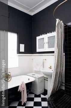 Ein Badezimmer Ganz In Schwarz Weiß U2013 Von Der Viktorianischen Badewanne,  Der Duschnische, Dem Fliesenboden Bis Hin Zur Schwarzen Wandfarbe Erscheint  Alles ...