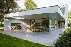 AVEK par DEVOLDERarchitecten - Flandres, Belgique. Briques blanchies à la chaux, bois et grands vitrages singularisent cette maison contemporaine
