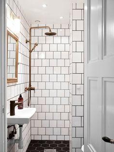 une salle de bain avec une douche en cuivre - Douche Avec Tuyau Apparent