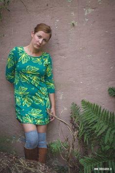 theblogbook | sewing | dress with jungle flower print, knitted over knees and leather boots, lillestoff, kluntjebunt