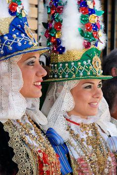 Me encantan estos trajes rituales de las romerías onubenses. Nada que ver con el Rocío, que hasta le estoy cogiendo casi manía, ni con ...