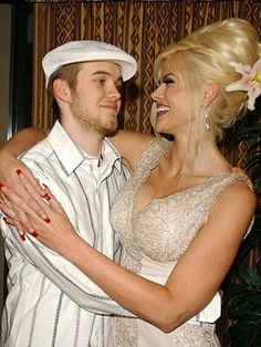 Anna Nicole Smith and her Son Daniel. She was beautiful, love this picture with her son. Anna Nicole Smith, Ann Nicole, Celebrity Kids, Celebrity Photos, Daniel Wayne Smith, Famous Graves, Love Photos, Family Photos