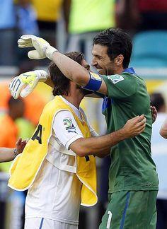 SAL35 SALVADOR DE BAHÍA (BRASIL), 30/06/2013.- El guardameta italiano Gianluigi Buffon (d) es felicitado por sus compañeros tras parar un penalti y conseguir la victoria de Italia (2-2 y 2-3, en la ta