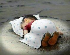 Cartunista oferece conforto a Aylan Kurdi que descansa na beira da praia