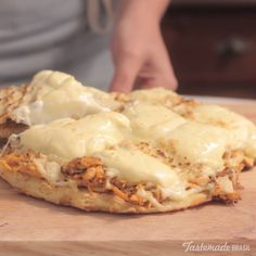 You don't need an oven to make deliciously cheesy chicken flatbread. You don't need an oven to make deliciously cheesy chicken flatbread. Tasty Videos, Food Videos, Oven Baked Chicken Parmesan, Fried Chicken Recipes, Skillet Chicken, Butter Chicken, Garlic Butter, Chicken Flatbread, Flatbread Pizza