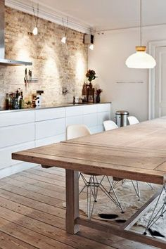 cucina che mantiene la parete in mattoni originale e accosta le ...