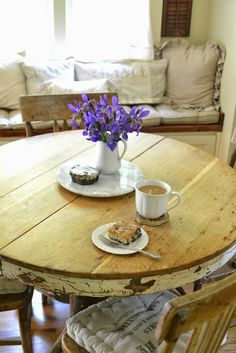Great shabby farmhouse kitchen dining table