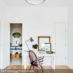Im Schlafzimmer mit Bad en suite sticht die mintfarbene Deckenleuchte im Emaille-Stil besonders hervor. Das Parkett in der hellen Farbe und ein kreativ…