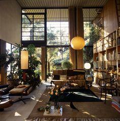 Das Haus war ihr privater Wohnsitz und gleichzeitig kreative Ideenfabrik, die sie immer wieder neu gestalteten. Hier zu sehen: das extrem hohe Wohnzimmer mit spektakulärer Fensterfront