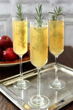 Fall wedding cocktail idea - Apple Cider Bellini {Courtesy of Creative Culinary} Fall Wedding Cocktails, Wedding Signature Drinks, Thanksgiving Cocktails, Holiday Drinks, Signature Cocktail, Holiday Dinner, Winter Cocktails, Fall Drinks, Bellini Cocktail