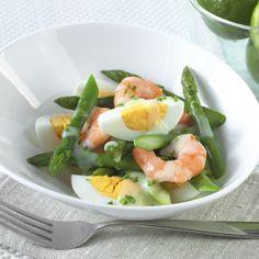 Salada camarão, espargos, ovo e molho de iogurte