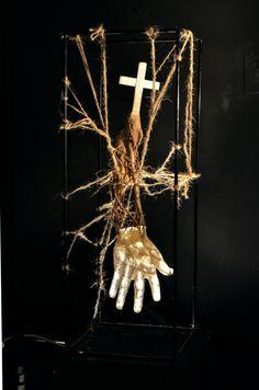 La mano, serie las raíces de la Cruz
