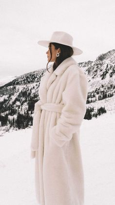 Essentials to pack for your next winter trip. Easy Winter Outfit Idea: Tibi oversized belted faux fur coat and Gucci crystal double G earrings in Whistler, Canada Winter Fashion Outfits, Fall Winter Outfits, Look Fashion, Autumn Winter Fashion, Fall Fashion, Fur Coat Fashion, Sporty Fashion, Curvy Fashion, Teen Fashion