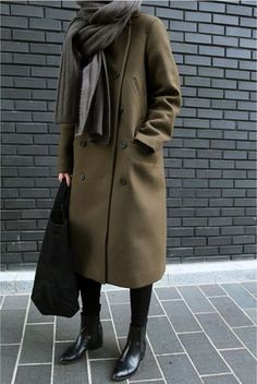 Get your closet ready for the winter? Want to get winter fashion with practicality in addition to style? Here are 38 trendy winter outfits for you that will keep you warm and look stylish. Fashion Mode, Look Fashion, Womens Fashion, Fashion Black, Fashion Styles, Fall Fashion, Fashion News, Fashion Trends, Looks Street Style